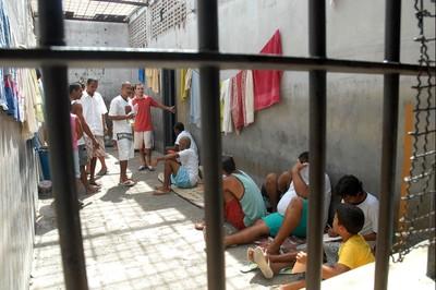 Presos na cadeia pública de Valparaíso, em Goiás. Parecer de relator prevê mais tempo de dentenção